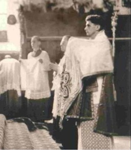 Padre Ratzinger como subdiácono em 1951. Foto: New Liturgical Movement.