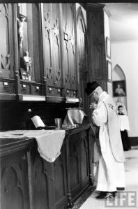Sacerdote se prepara na sacristia para celebrar o Santo Sacrifício da Missa.