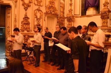 Coral Gregoriano cantando na Vigília Pascal de 2012 na igreja Nossa Senhora do Carmo da Antiga Sé. Créditos ao blogue Sentinela Católico.
