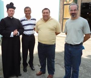 Os cantores Fabiano Rollim, Pedro Paulo e Ricardo Carlson ao lado do reverendíssimo padre Anderson Batista da Silva, um grande incentivador do Canto Gregoriano em sua paróquia.