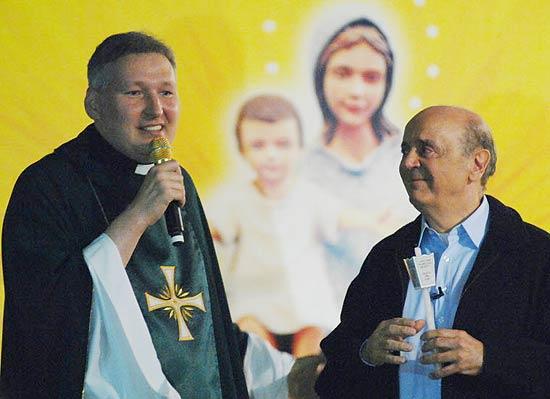 O candidato do PSDB à Prefeitura de São Paulo, José Serra, em missa celebrada pelo padre Marcelo Rossi.