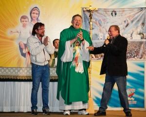 """No mesmo """"espetáculo"""" político, compareceram o apresentador Raul Gil, que recentemente zombou da Fé Católica, e seu filho, Raul Gil Junior, candidato a vereador em São Paulo."""