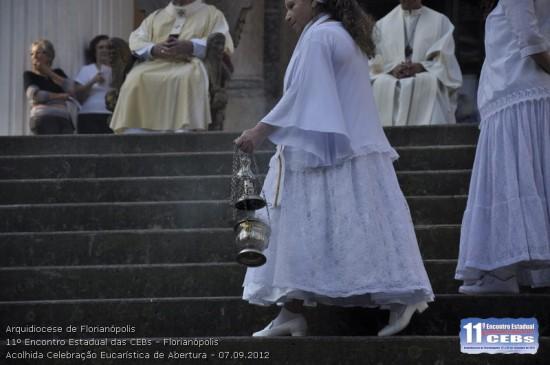 """A """"turiferária"""" da Missa: ninguém menos que, pelas vestes, deduzimos ser uma Mãe de Santo."""