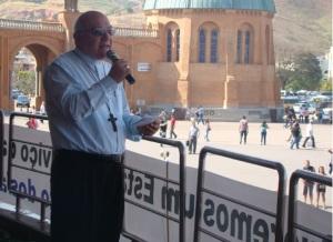 Dom Francisco Biasin, bispo de Barra do Piraí-Volta Redonda, RJ, discursa à multidião....