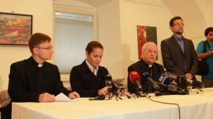 Cardeal Rodé (à direita) no anúncio do resultado do exame.