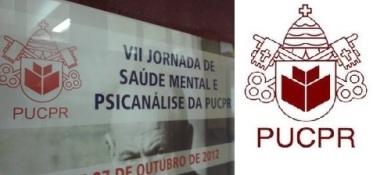 Manipulado: cartaz de divulgação de evento (à esquerda) retira as cruzes das ínfulas no brasão da PUCPR. À direita, o original, com as cruzes.