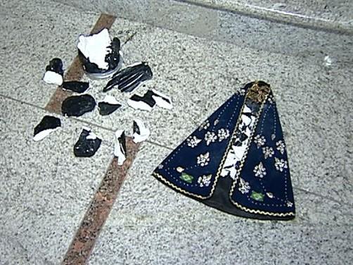 Homem quebrou imagem de Nossa Senhora no meio da missa (Foto: Reprodução/TV Gazeta)