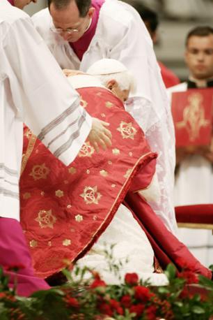 O Papa tropeça durante Missa de Pentecostes em 2008.