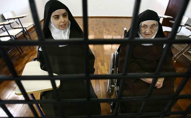 Laura Teresa do Menino Jesus, 27, enclausurada há 9 anos, e Maria Eunice do Coração de Jesus, 84, no mosteiro em Franca (SP)