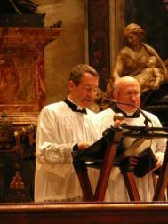 Basílica de São Pedro, novembro de 2012: Pe. Barthe lê a mensagem do Papa Bento XVI aos participantes da peregrinação 'Una cum Papa Nostro'.