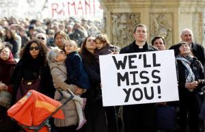 """Sacerdote segura cartaz na Praça de São Pedro: """"Nós sentiremos a sua falta""""."""