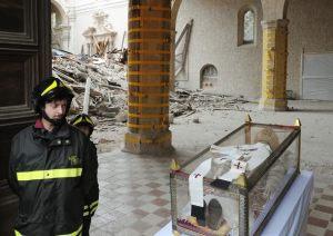 Em 29 de abril de 2009, Bento XVI visitou o túmulo do Papa São Celestino, que renunciou ao papado em 1294, após reinar por menos de 6 meses. O túmulo está L'Aquila, que fora devastada por um terremoto naquele ano. Durante a sua visita, Bento XVI deixou o seu pálio sobre os restos mortais do santo.