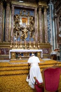 Papa Francisco reza diante da imagem da Madona, Salus Populi Romani.
