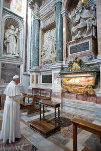 Papa reza diante de relíquias de São Pio V.