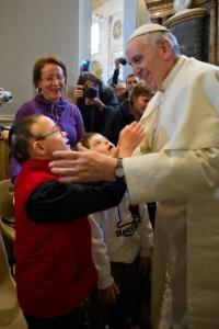 Papa Francisco acolhendo crianças portadoras da Síndrome de Down.