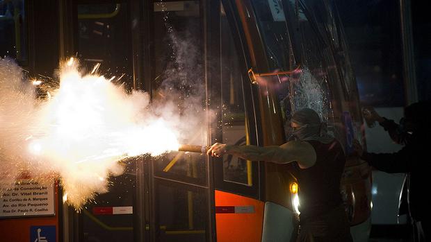 [Imagem: brasil-protesto-onibus-passe-livre-20130...;amp;h=349]