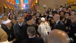 Mulher abraça o Papa.