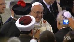 Papa cumprimenta líderes religiosos.