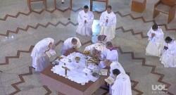 Reverência após a Consagração. O Vaticano ainda não esclareceu porque Francisco não faz a genuflexão prevista.