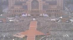 A multidão que acompanha a missa do Papa no lado de fora do Santuário