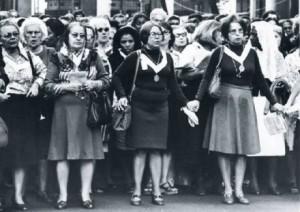 DIVÓRCIO, NÃO -- Em defesa da moral, 20.000 católicos, na maioria mulheres, fizeram da procissão de Corpus Christi, no Rio, em 1977, um grito contra a decisão do Congresso (Foto: Walter Firmo)