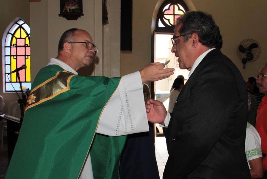 20 de agosto de 2013: Pe. Nilson administra a Sagrada Comunhão em missa pelo dia do maçom.