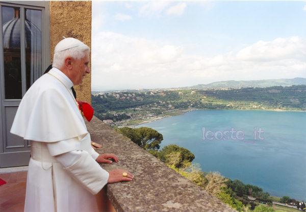Bento XVI, ainda Pontífice reinante, em Castel Gandolfo.