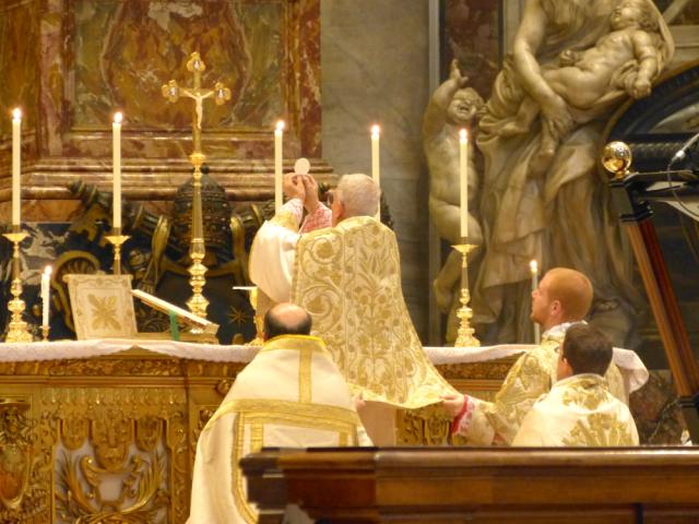 A elevação do Santíssimo Corpo de Nosso Senhor Jesus Cristo na Santa Missa Pontifical do Cardeal Castrillón Hoyos, no Altar da Cátedra, na Basílica de São Pedro.