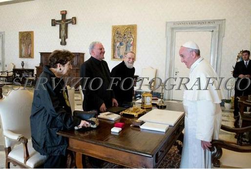 """Papa Francisco recebe os iniciadores do """"Caminho Neocatecumenal"""": Carmem Hernández, Kiko Argüello e Pe. Mario Pezzi."""