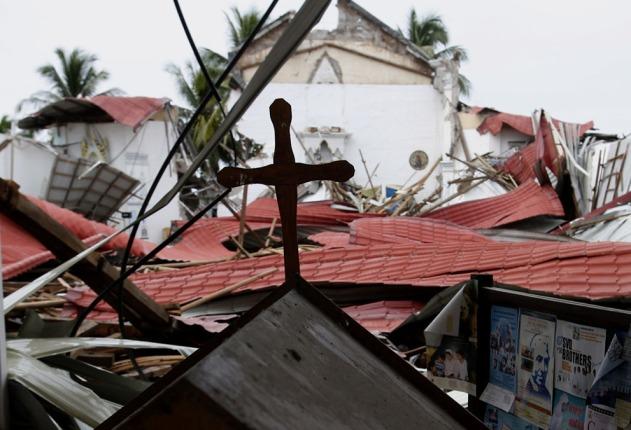Cruz no topo da Paróquia de São Miguel, em Clarin, Boho, Filipinas, um dia após o terremoto.