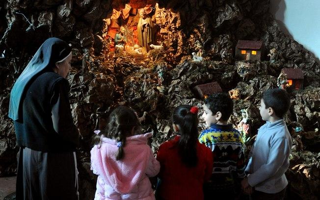 Freira mostra presépio de Natal para sírios cristãos na igreja de São Paulo em Damasco (23/12)