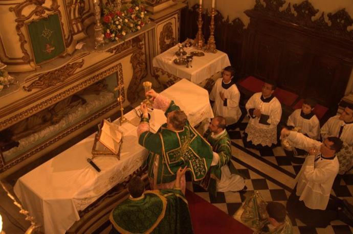 Dom Fernando Areas Rifan, tendo como diácono o padre José Henrique e subdiácono o padre Jefferson Pimenta.