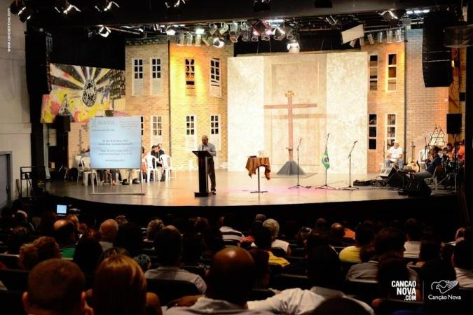 """Depois: auditório """"inculturado"""" ao bom-mocismo ecumênico - ícontes Católicos e Crucifixo retirados para pregação de """"Pastor""""."""