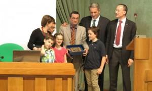 Mario Palmaro (centro) e sua família.