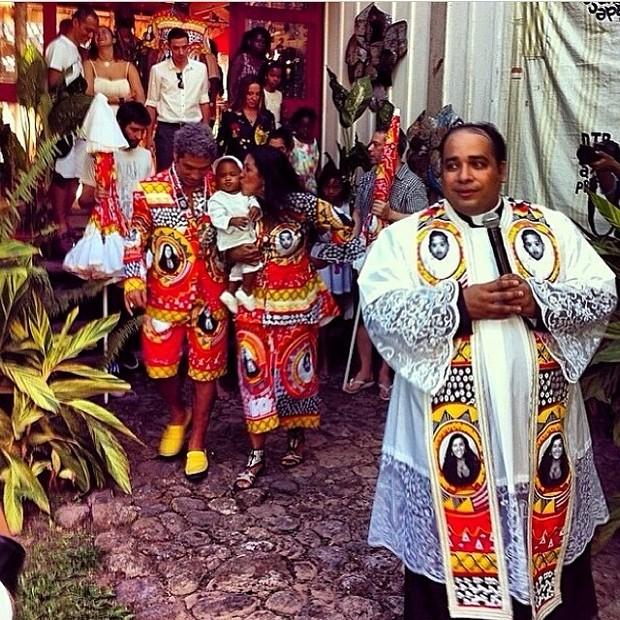 Pe. Omar Raposo - zelo litúrgico nas alturas com estola com fotos da artista e de seu filho.