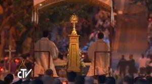 O Santíssimo Sacramento passa pelas ruas de Roma sem o Pontífice.
