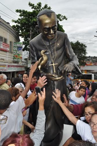 D. Hélder Câmara, sempre de batina, idolatrado por seus seguidores, admirado, eloquente, com grande poder de sedução, também seria um narcisista, desequilibrado, sociopata?