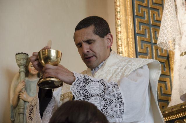 Junho de 2014 – Domingo da Santíssima Trindade – Momento da Elevação da Sagrada Hóstia (na Missão do Sagrado Coração em Shafter)