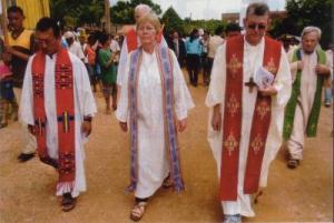 """Erwin Krautler, à direita da foto, em procissão ao lado do que parece ser uma """"presbítera"""" anglicana."""