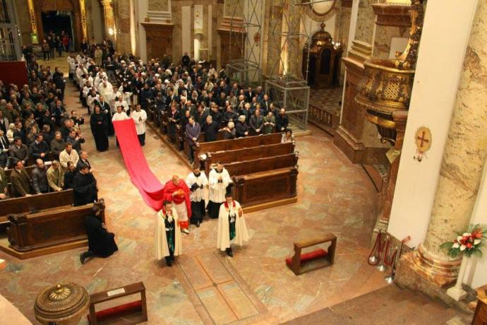 4 de novembro de 2014: Cardeal Burke celebra Missa Pontifical no Rito Tradicional na Áustria.