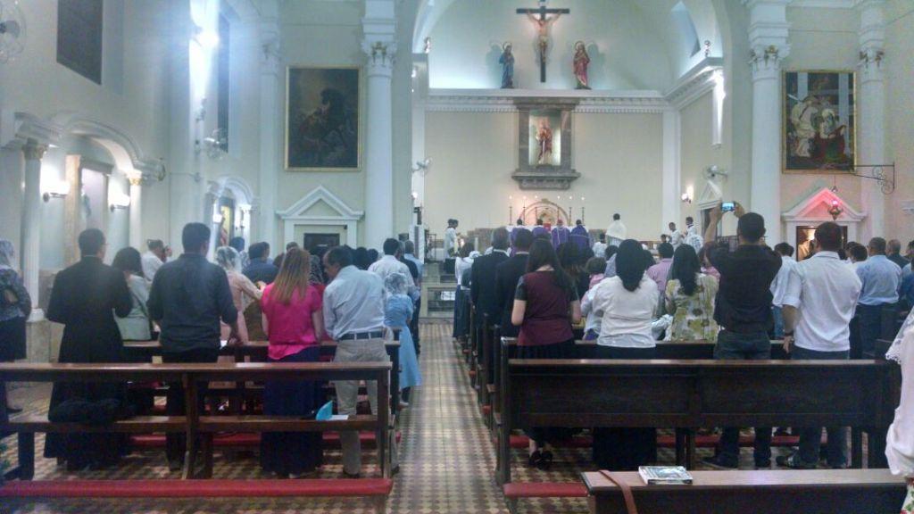 A Paróquia São Paulo Apóstolo ficou repleta de fiéis.