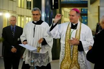 Dom Fellay abençoa presépio no Parlamento Europeu