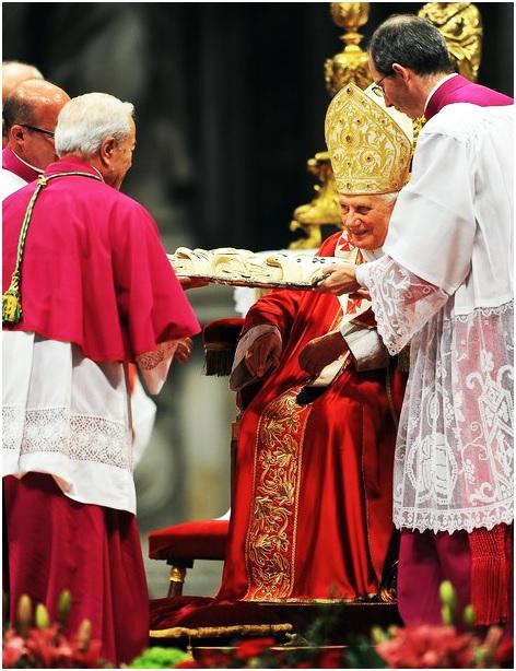 Dom Manuel Monteiro de Castro, então Secretário da Congregação para os Bispos, recebe de Bento XVI os pálios restantes da Missa do dia 29 de junho, para ir impô-los em suas próprias dioceses aos Arcebispos ausentes.