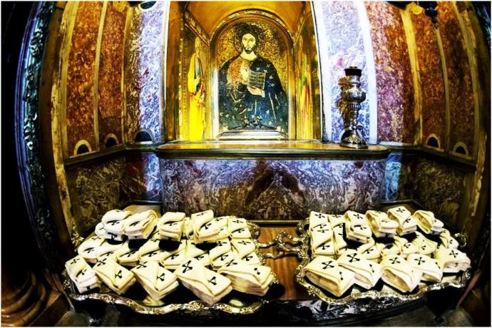 Postos no túmulo de São Pedro no dia 24 de junho, os pálios aguardavam aí até o dia 29  de junho, quando eram levados para o altar e abençoados pelo Papa.