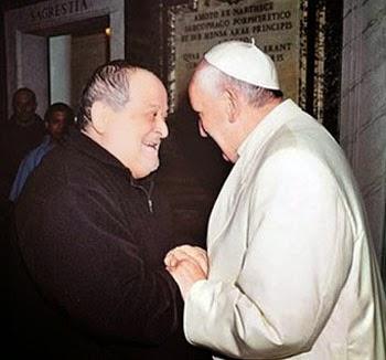Pe. Fidenzio Volpi e Francisco se encontram no dia em que o seminário dos Franciscanos da Imaculada foi fechado.