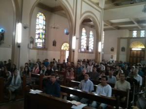 Capela do Colégio do Monte Calvário, em Belo Horizonte, lotada para a Santa Missa do último domingo.