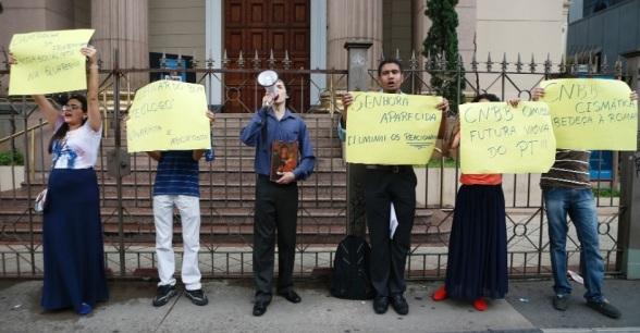 Domingo, 15 de mar�o de 2015 - Jovens protestam em S�o Paulo contra a CNBB.