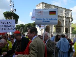 Cardeal Burke e membros da TFP na Marcha pela Vida, em Roma.