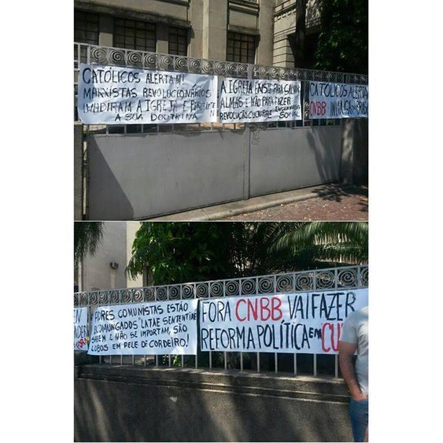 Domingo, 12 de abril de 2015 - Manifestantes penduram cartazes contrários à atuação da CNBB em frente à sede da arquidiocese de Belo Horizonte.