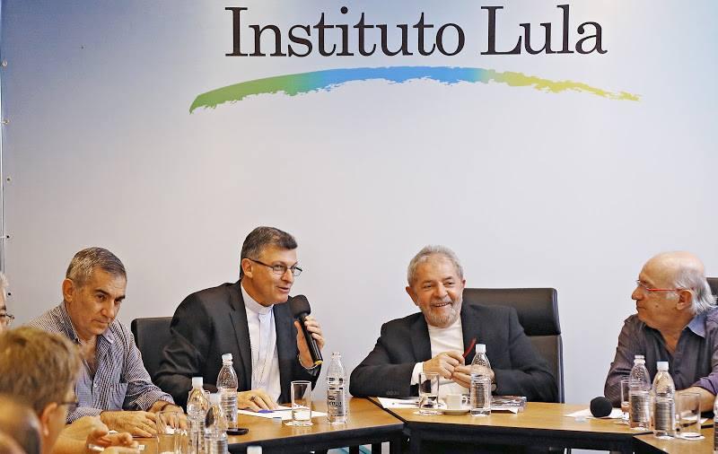 Dom Pedro Luiz Stringhini discursa alegremente em encontro com o bezerro de ouro da Teologia da Libertação.